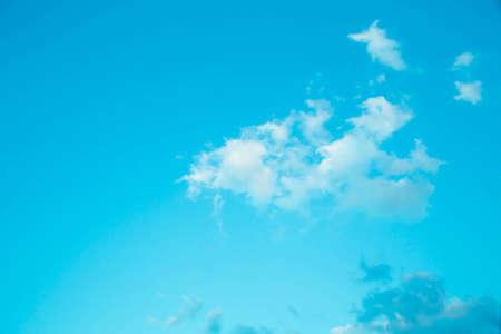 以下青に分離入力テキスト メッセージのためのスペースを持つ美しい青空背景テンプレート