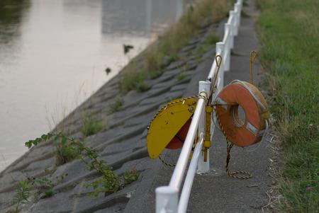 salvavidas: Equipos de salvamento en el río