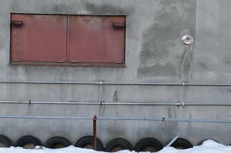 Eine Eisentür der Wand Standard-Bild - 90460228