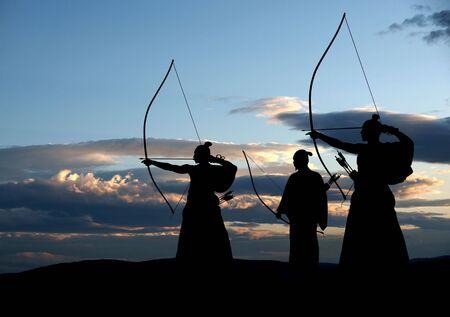 samoerai: Japanse archer silhouet op zonsondergang achtergrond Stockfoto