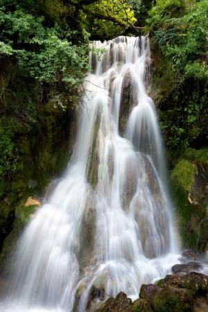 불가리아에있는 Krushuna의 폭포, 발칸 반도에서 가장 긴 폭포 폭포이다
