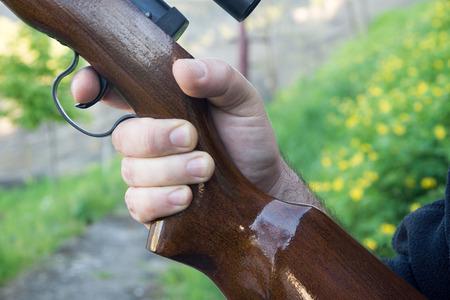 fusil de chasse: D�tail de la main mans fusil tenant