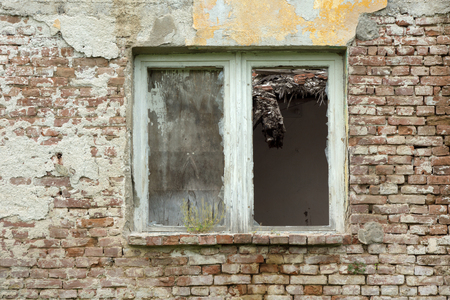 Outdoor of old abandoned building in desolate village Banque d'images - 111035629