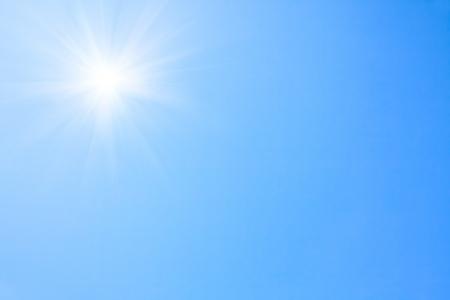Glänzende Sonne am klaren blauen Himmel