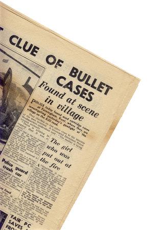 oude krant: Een deel van een oude krant op een witte achtergrond