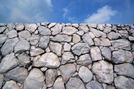 Cielo y la piedra de la pared de fondo