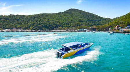 De mening van het overzees en de snelheidsboot in Tawaen-strand, Koh larn Island, Pattaya, Thailand