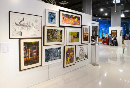 BANGKOK - 28. November: Die Leute sehen Malerei und Skulptur im Thai Contemporary Art Exhibition am 28. November 2014 in Hof Art Gallery, Bangkok, Thailand. Standard-Bild - 39326569