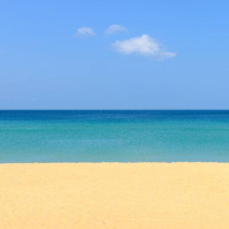 playas tropicales: Escena de la naturaleza playa tropical y el cielo azul en la playa de Karon Phuket, Tailandia Foto de archivo