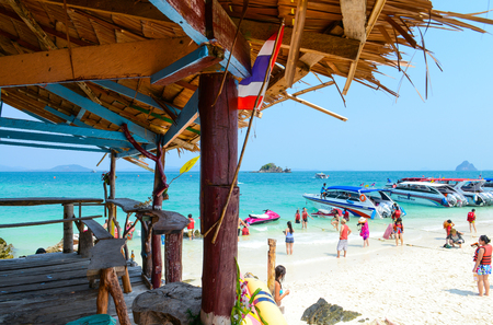 PHANG NGA,THAILAND - MARCH 24 :  Mini bar and people relaxing, swimming, Shooting photo, having fun on the beach in summer at Khai Nok island. - 24 March 2015, Phang Nga, Thailand Éditoriale