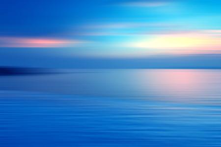 Mouvement flou fond de réfraction dans l'eau. Vue spectaculaire panoramique de Infinity coucher de soleil sur la mer à des moments crépusculaires.