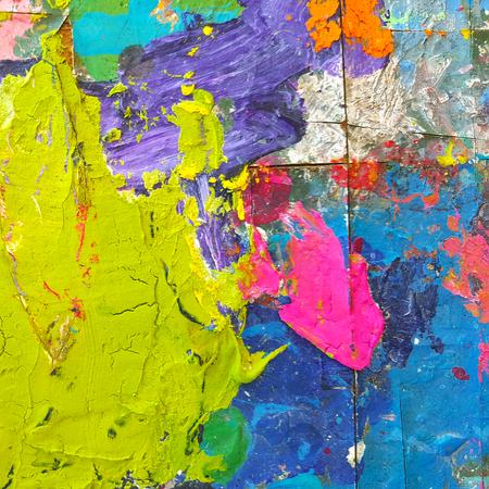 Peinture colorée abstraite pour fond de texture. Splash couleur acrylique sur table en bois. Banque d'images