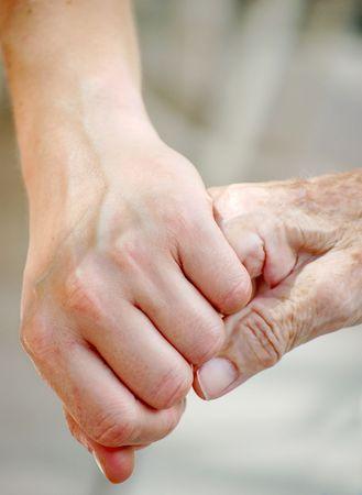 haushaltshilfe: Alte und junge Hand  Lizenzfreie Bilder