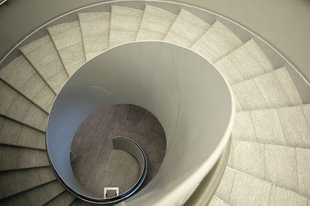 naar beneden kijken: Een moderne spiraal trap in een kantoorgebouw neerkijken Stockfoto