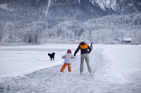 patinando: Ice Skater en un lago congelado en Austria Foto de archivo