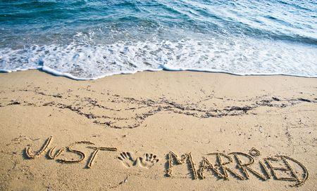recien casados: S�lo Married escrito en la arena en la playa  Foto de archivo
