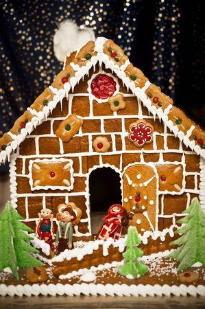 ginger cookies: Figuras de la casa de jengibre delicado con mazapán de cuento de hadas Foto de archivo