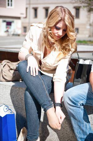 jolie pieds: Femme de toucher ses pieds parce qu'ils sont blessés