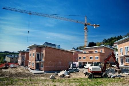 row houses: Case a schiera in costruzione con gru