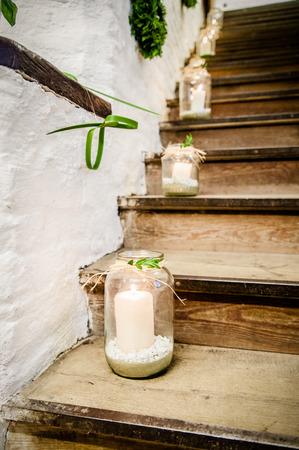 Laternen auf einem Treppenhaus für eine Hochzeit dekoriert Standard-Bild - 26351386
