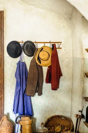 Guardarropa rural en una granja con ropas antiguas Foto de archivo
