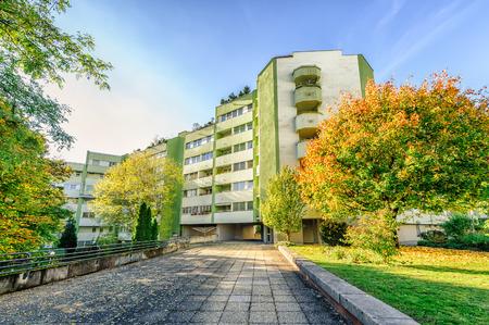 Modern appartementencomplex met de herfst gekleurde bomen Stockfoto
