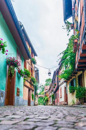 empedrado: callejón con casas de colores en Alsacia, Francia Foto de archivo