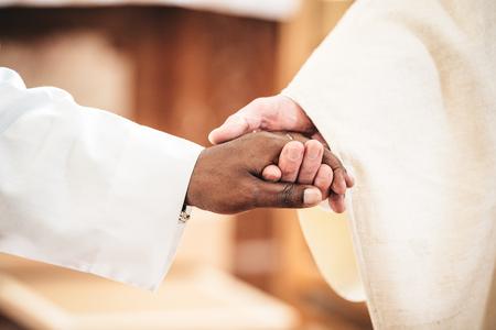 personas saludandose: blanco y negro manos de dos hombres sacerdotes
