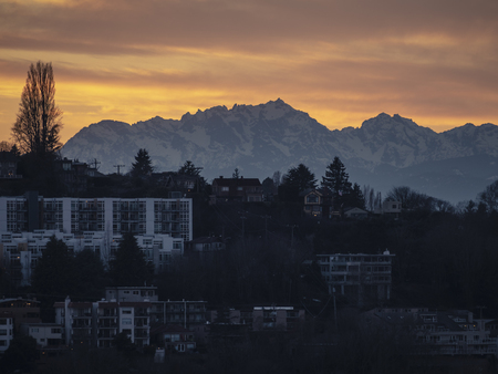 Queen Anne Hill apartment and condo buildings with snowy peaks in the background 스톡 콘텐츠