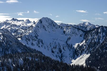 Washington State mountains on blue sky winter day with massive snowy cliffs 版權商用圖片