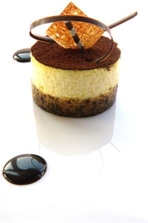 tremp�e: Tiramisu - le dessert tremp� d�licieux, cr�meux, caf�. Tourn� sur fond blanc.
