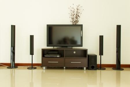 stereo: Home cin�ma et mur blanc