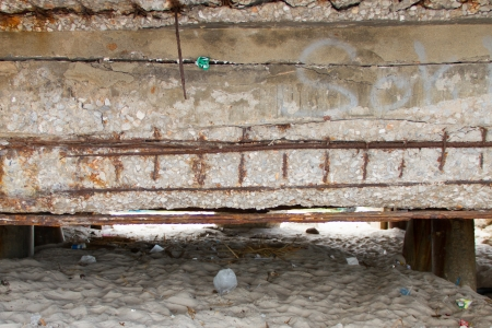 Deform bar of concrete beam are corrosion