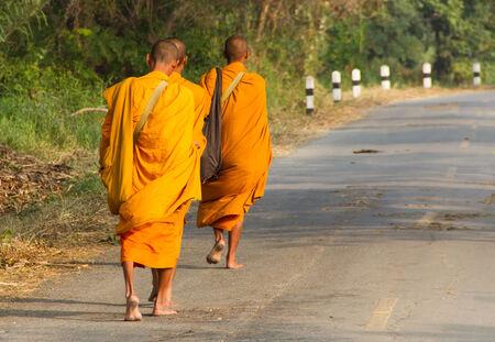 limosna: Monjes que recogen limosnas en Tailandia