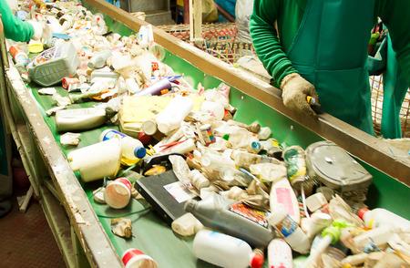cinta transportadora: residuos para reciclar en una f�brica