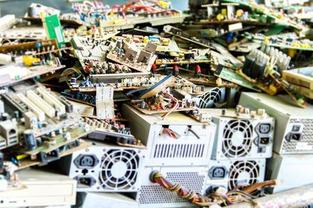 redes electricas: La basura electrónica listo para el reciclaje (ordenador placa base) Foto de archivo