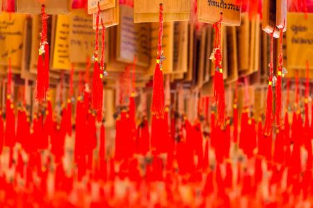 hilo rojo: Campanas con hilo rojo en la Capilla del chino