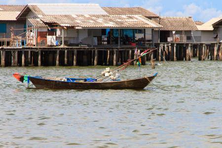 case colorate: Barche da pesca locali e villaggio di pescatori di fondo