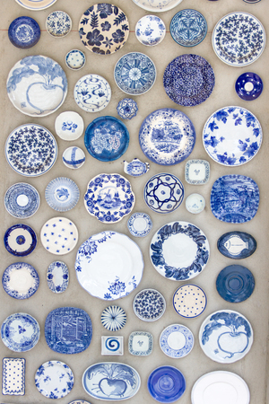 Platos de porcelana colocados en el suelo de cemento para el fondo. Foto de archivo - 48977566