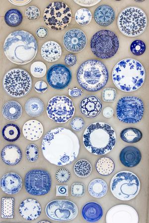 apilar: Platos de porcelana colocados en el suelo de cemento para el fondo.