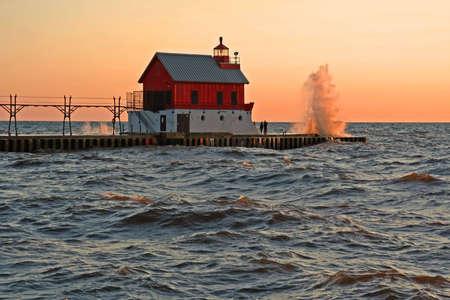 lake michigan lighthouse: Olas sobre el muelle sur