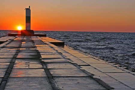 lake michigan lighthouse: Puesta del sol en el muelle Foto de archivo