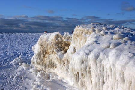 lake michigan lighthouse: Formaciones de hielo en el lago Michigan