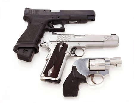 Tres pistolas aisladas en blanco
