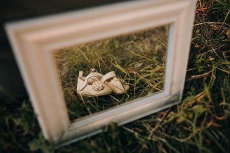 Baby shoes in frame for photo Stockfoto