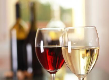 bouteille de vin: verres � vin d'art sur la table Banque d'images