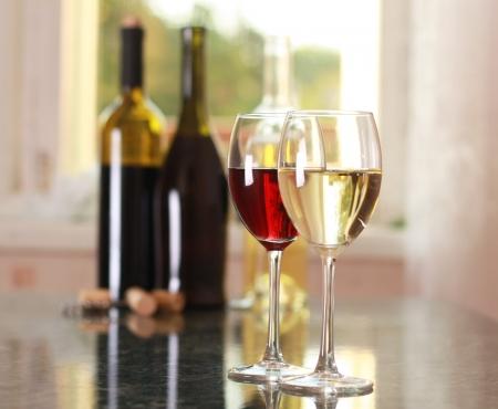 테이블에 예술 와인 잔