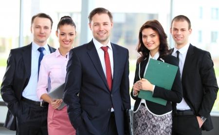 Portrait de groupe d'une équipe commerciale professionnelle en regardant avec confiance à la caméra