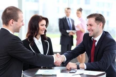 dandose la mano: La gente de negocios apret?n de manos, terminando una reuni?n Foto de archivo