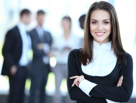 lider: Rostro de mujer hermosa sobre los antecedentes de la gente de negocios